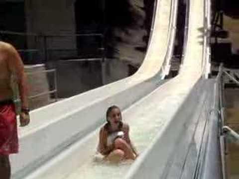 美女玩水上活動要注意,比基尼隨時會罩不住...