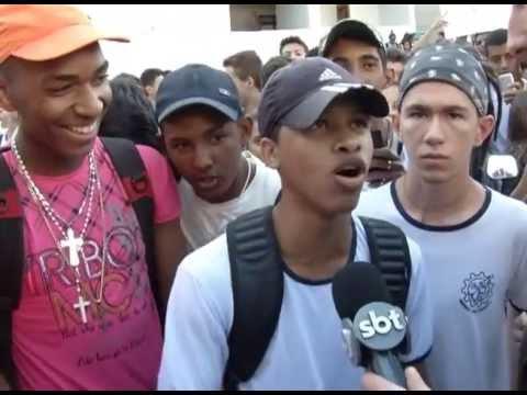 Alunos fizeram um protesto dentro de uma escola em Uberlândia