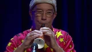 Músico faz clarinet de cenoura e dá um show de música