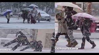 بالفيديو..مغاربة يستمتعون بأولى التساقطات الثلجية بأزيلال  