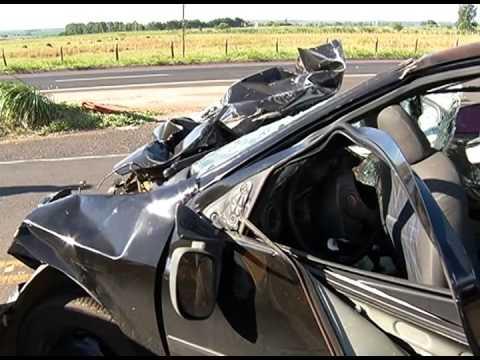 Acidente entre carro e caminhão mata um jovem na BR-365