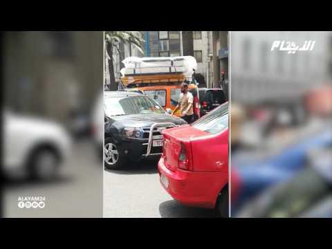 مواطن يحاول حل مشكل المرور في شارع محمد الخامس بالبيضاء