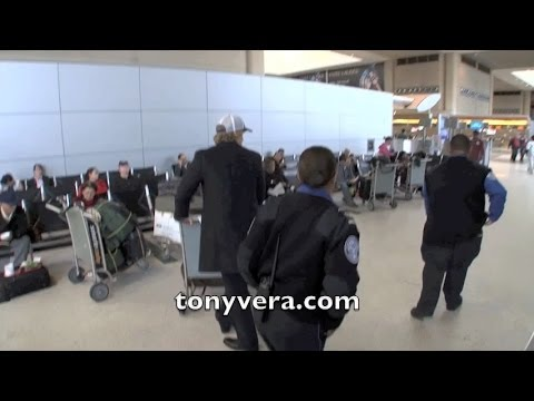 Owen Wilson calls the tsa on the Paparazzi