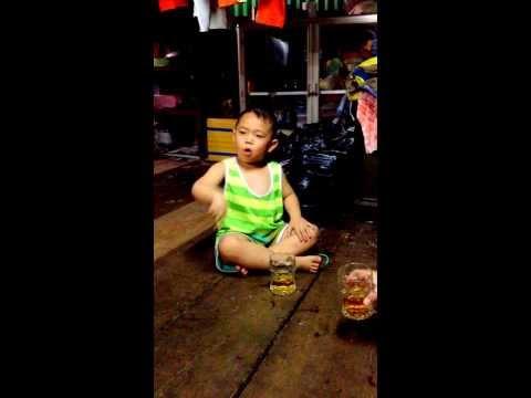 bé 4 tuổi hát Con bướm xinh và nhậu.
