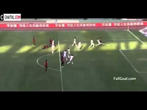 Màn đá phạt quá nhanh quá nguy hiểm  Thủ môn vẫn ngơ ngác không hiểu chuyện gì  Kick Football Fast A