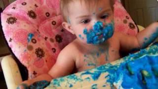 Adorable bebe comiendo su primera tarta