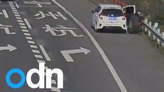 Na China, mulher é atropelada por um pneu de caminhão.