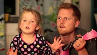 Anak kecil cute dengan ayahnya bernyanyi bersama