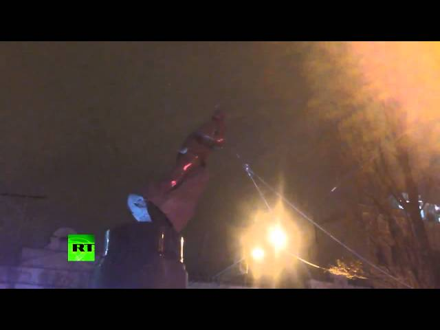 Video: Protesters take down Lenin monument in Kiev (Short version)