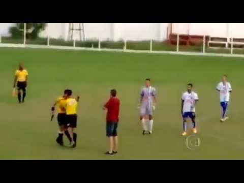Trọng tài rút súng đòi giải quyết phải trái với cầu thủ ngay trên sân