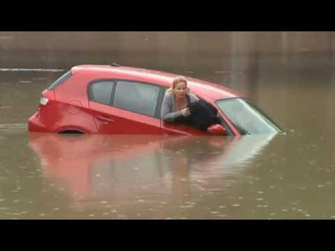 لحظة إنقاذ امرأة بعد غرق سيارتها