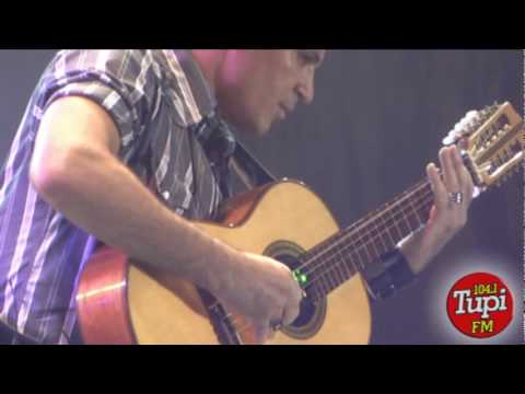 Eduardo Costa tocando viola no Arena Sertaneja - Fernanda Passos - Just TV