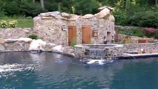 Kolam ini seperti di cerita dongeng, indah sekali