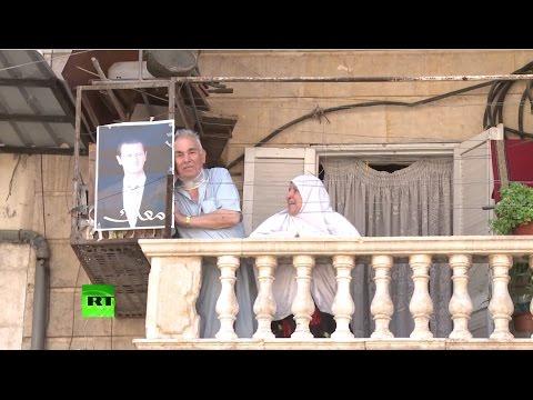 Жители Алеппо и амнистированные боевики приветствуют гуманитарную операцию