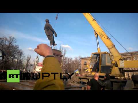 Ukraine: Protesters destroy Lenin statue on Day of the Defender of the Fatherland