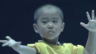Niño al estilo Bruce Lee en evento de artes marciales