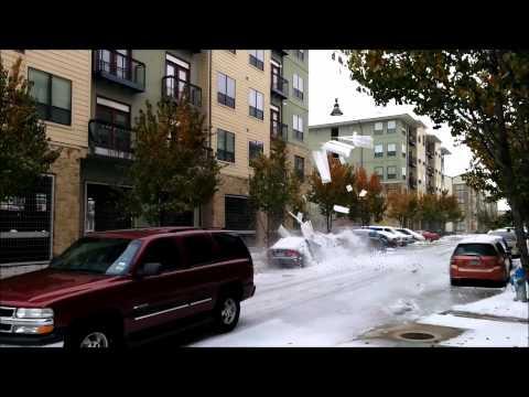 Niebezpieczny śnieg! Spada z dachu na samochody!