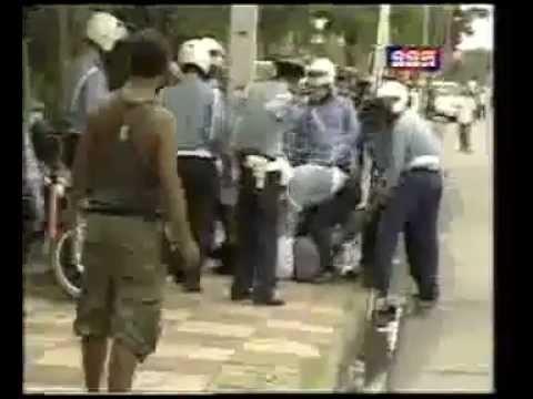 Campodia: Một mình đấm nhau với hơn chục cảnh sát giao thông
