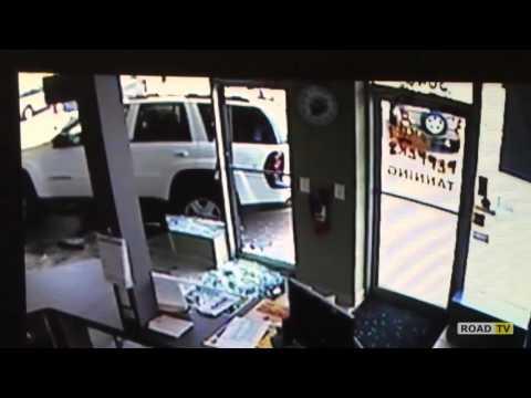 Пенсионерка за рулем внедорожник сбила женщину и разбила витрину.