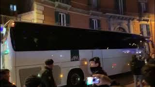 Juve in hotel, insulti dei tifosi del Napoli. E il pullman sbaglia a fare manovr