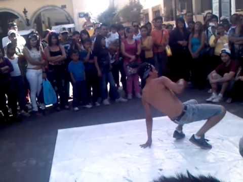 Guapos y bailan break dance