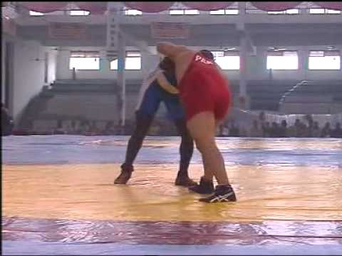PAKISTANI WRESTLER UMAR PEHLAWAN  BEAT CAMROONI WRESTLER IN INDIA