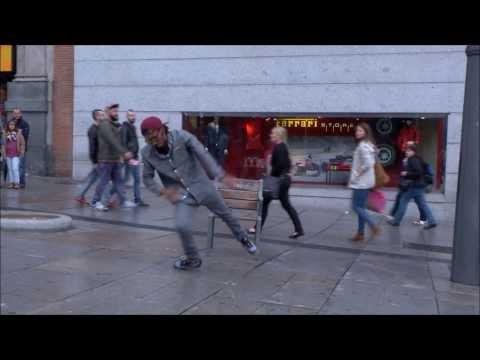 Tak tenhle pouliční umělec fakt umí tančit! :-O