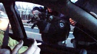 Polițiștii amenință cu arma un jurnalist