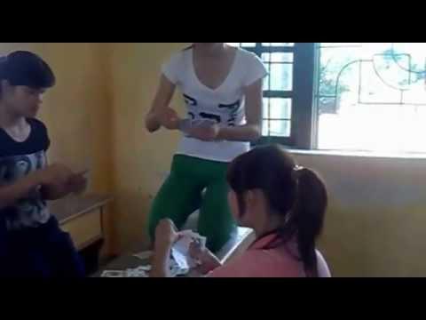 Nữ sinh Lang Chánh đánh bài trong lớp ngồi lên bàn không mặc đồng phục