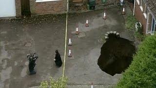 حفرة بعمق 4 أمتار تبتلع سيارة من امام منزل غرب لندن |