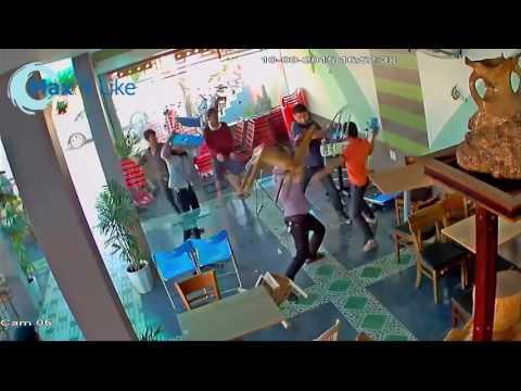 Clip hót Giang hồ thanh toán nhau tại quán cà phê Buôn Ma Thuột   Đánh hội đồng 1 người 2016 giải tr