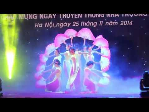 Chào K65  Múa quạt Việt   Tốp nữ sinh viên Đại học Kinh doanh và Công nghệ