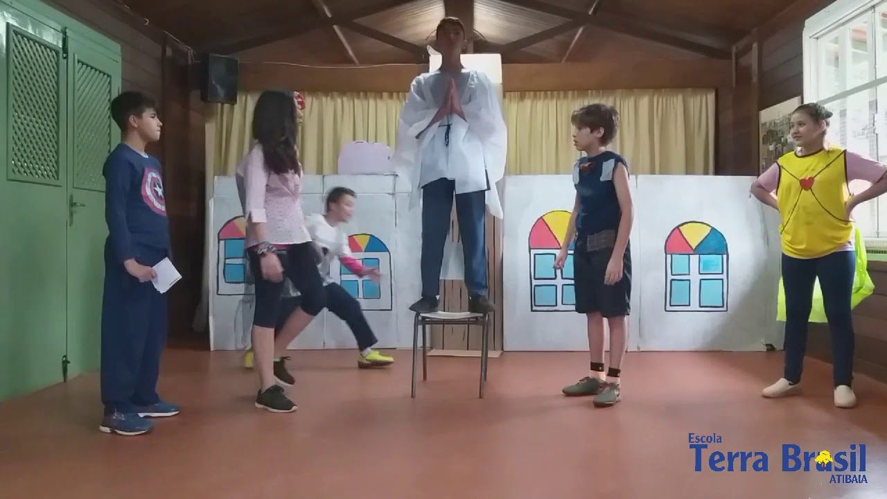 O estudo do gênero textual peça de teatro, em Língua Portuguesa, envolveu os alunos do 7° ano. A leitura de