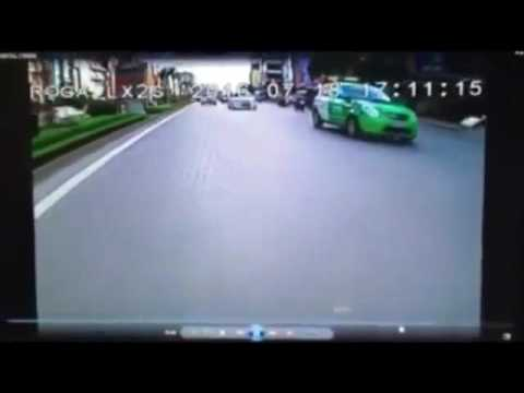 Cảnh sát giao thông chặn bắt, người đi xe máy ngã vào giải phân cách
