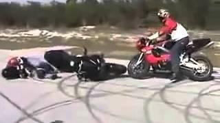 Idiotas en moto