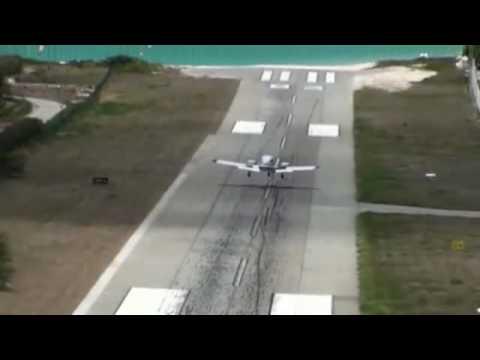Hình ảnh trong video Avião raspando em um navio Cruzeiro