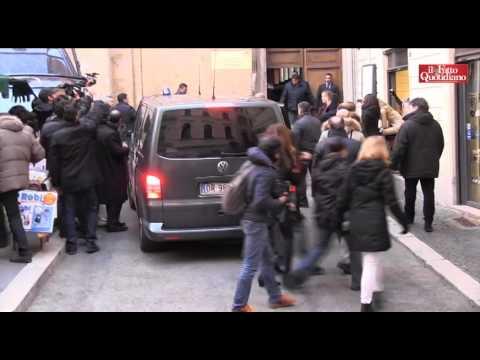 Renzi e Berlusconi, lancio di uova all'arrivo al Nazareno del leader di FI