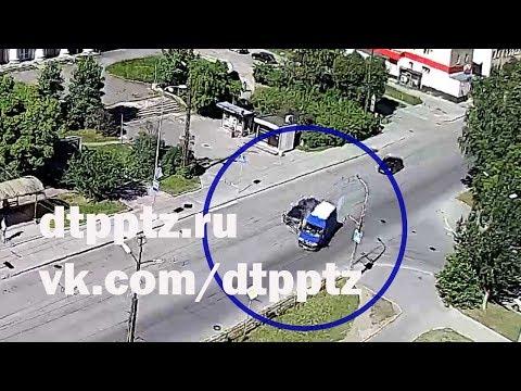 На улице Зайцева столкнулись легковой автомобиль и фургон