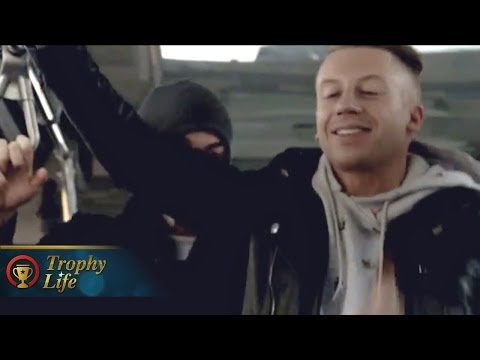 "Macklemore & Ryan Lewis Surprise NYC Bus ""Can't Hold Us"" Performance"