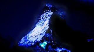 Gunung berapi dengan larva warna biru..