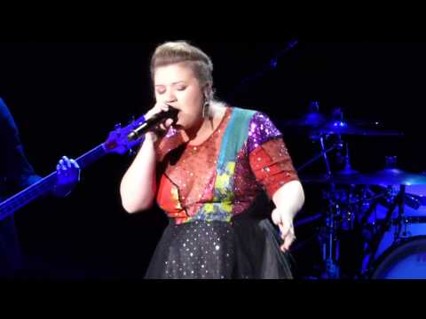 Kelly Clarkson singing fan request Blank Space by Taylor Swift in Toronto