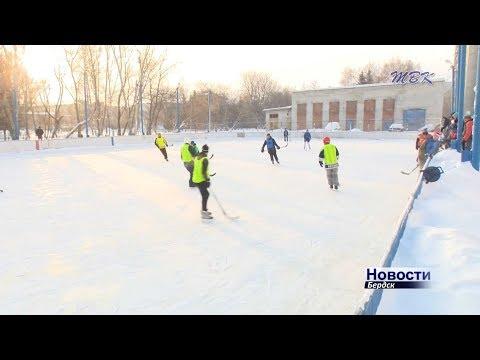 «Матч поколений»: на лед вышли бердские команды ветеранов и молодежи