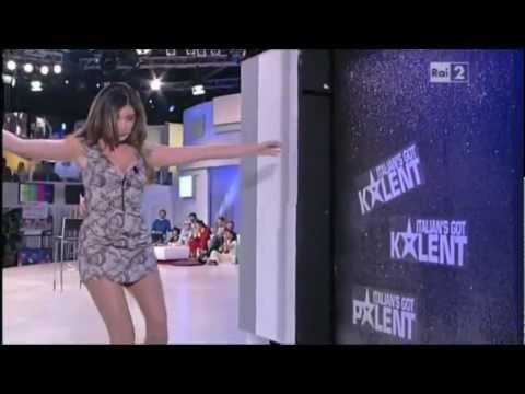 Virginia Raffaele imita Belen Rodriguez a Quelli che... (4 marzo 2012)