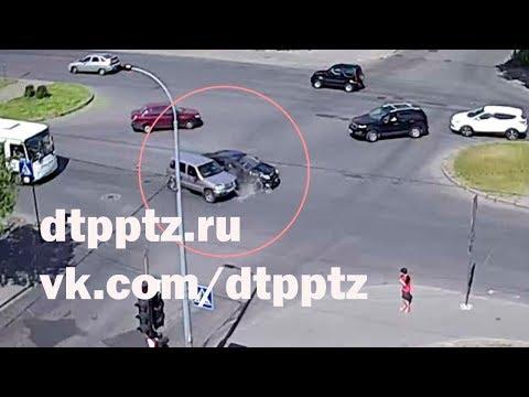 На Октябрьском проспекте столкнулись два легковых автомобиля