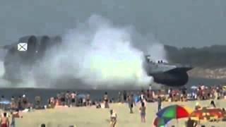 Barco militar ruso atraca en una playa llena de gente