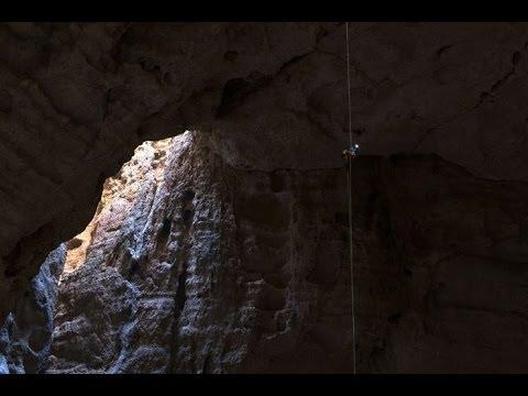 Stefan Glowacz y Chris Sharma escalando en Majlis al Jinn, la segunda caverna más grande del mundo.