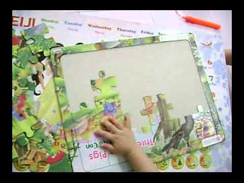 Bé Yumi 2 tuổi xếp hình Ba Chú Heo - 20 pieces