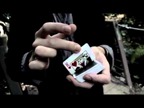Dạy ảo thuật - lá bài từ giữa bay len trên đầu