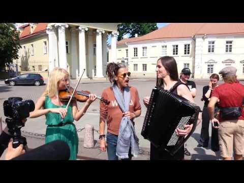Steven Tyler Aerosmith canta con Músicos de la calle en Lituania