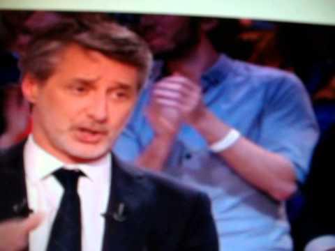 image vidéo Antoine de Caunes sa tête entre les jambes d'une strip-teaseuse